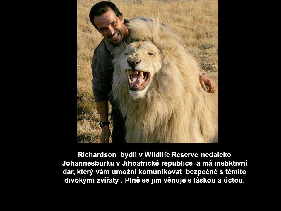 Kevin Richardson Kevin Richardson si udělal neuvěřitelné pouto důvěry s velkými kočkami, jsou to gepardi, levharti a lvi - král džungle. Tento muž má