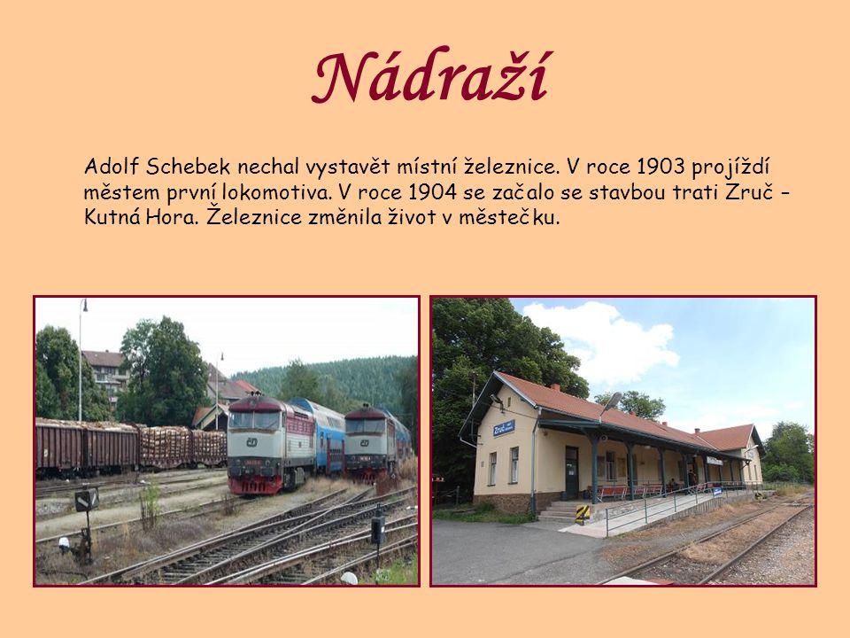 Nádraží Adolf Schebek nechal vystavět místní železnice. V roce 1903 projíždí městem první lokomotiva. V roce 1904 se začalo se stavbou trati Zruč – Ku
