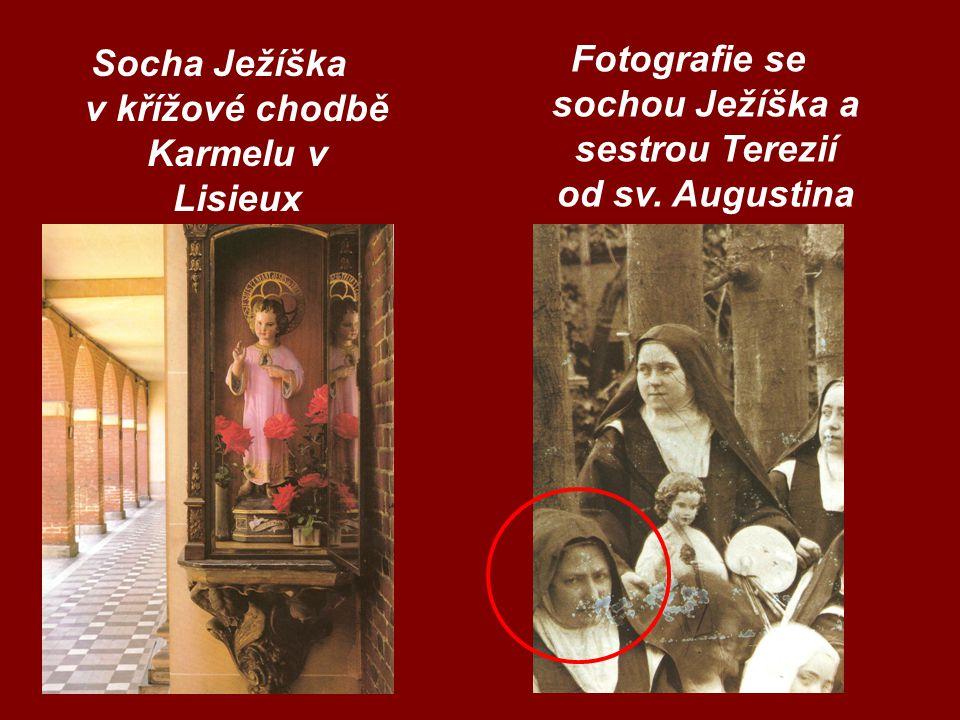 Socha Ježíška v křížové chodbě Karmelu v Lisieux Fotografie se sochou Ježíška a sestrou Terezií od sv. Augustina