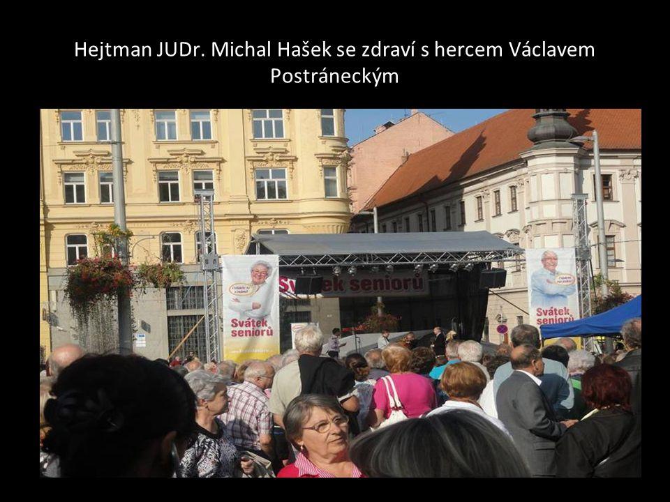 Hejtman našeho kraje JUDr. Michal Hašek po proslovu také zpíval se skupinou Vinařští romantici…
