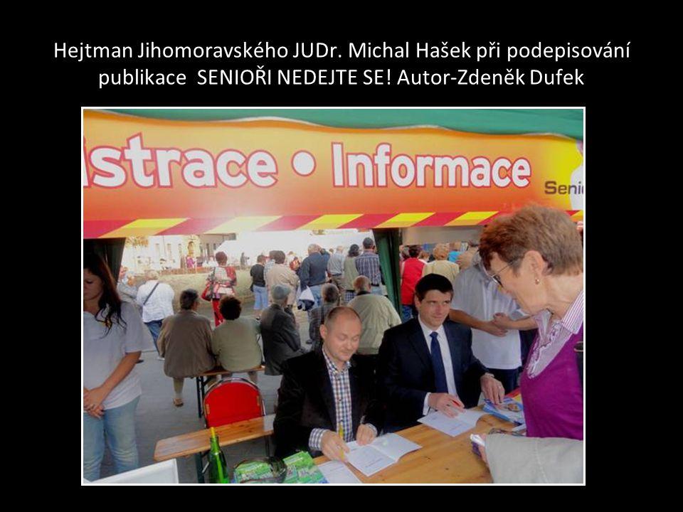 Hejtman JUDr. Michal Hašek se zdraví s hercem Václavem Postráneckým