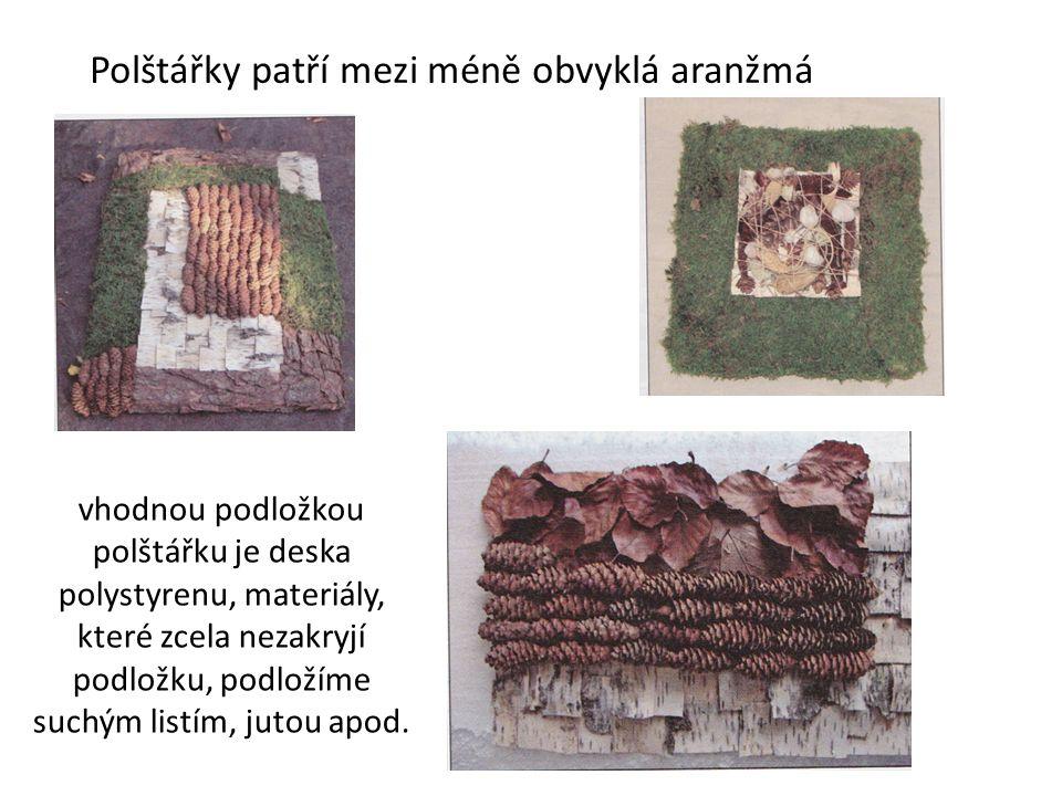 Polštářky patří mezi méně obvyklá aranžmá vhodnou podložkou polštářku je deska polystyrenu, materiály, které zcela nezakryjí podložku, podložíme suchým listím, jutou apod.