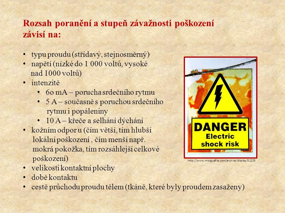 Rozsah poranění a stupeň závažnosti poškození závisí na: typu proudu (střídavý, stejnosměrný) napětí (nízké do 1 000 voltů, vysoké nad 1000 voltů) intenzitě 6o mA – porucha srdečního rytmu 5 A – současně s poruchou srdečního rytmu i popáleniny 10 A – křeče a selhání dýchání kožním odpor u (čím větší, tím hlubší lokální poškození, čím menší např.