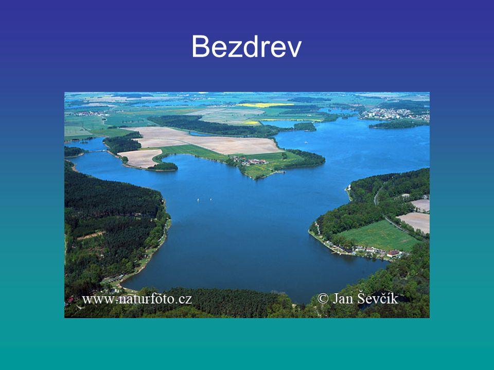 Bezdrev patří také do soustavy jihočeských rybníků leží západně od města Hluboká nad Vltavou jeho rozloha je 450 ha a max.