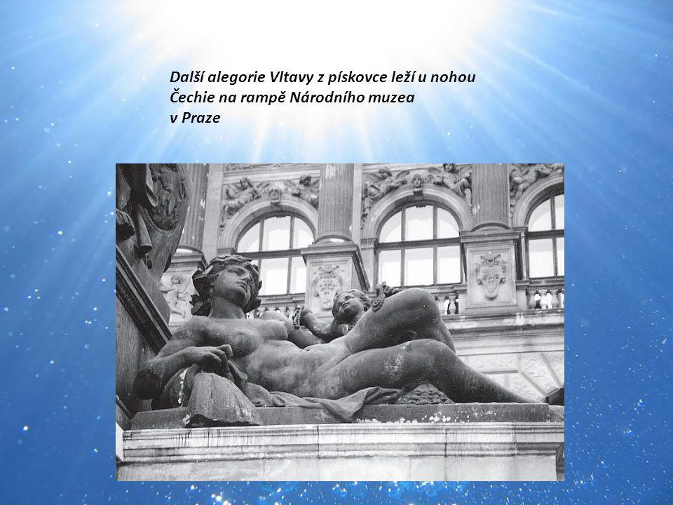 Další alegorie Vltavy z pískovce leží u nohou Čechie na rampě Národního muzea v Praze