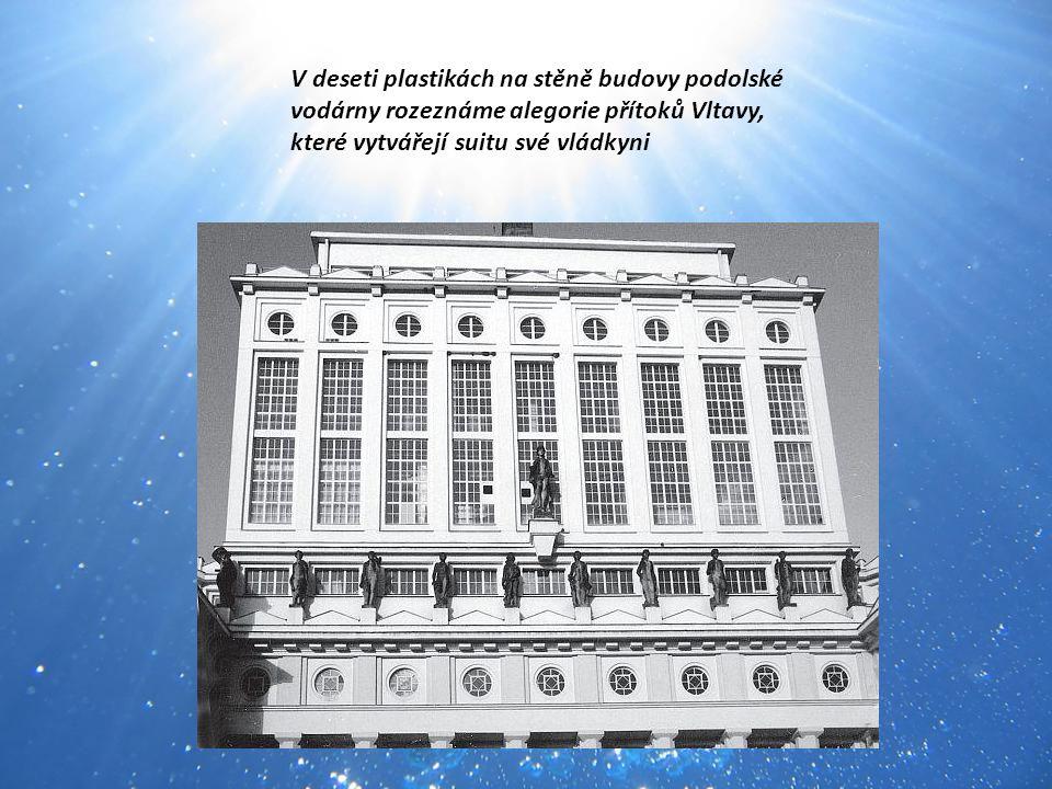 V deseti plastikách na stěně budovy podolské vodárny rozeznáme alegorie přítoků Vltavy, které vytvářejí suitu své vládkyni