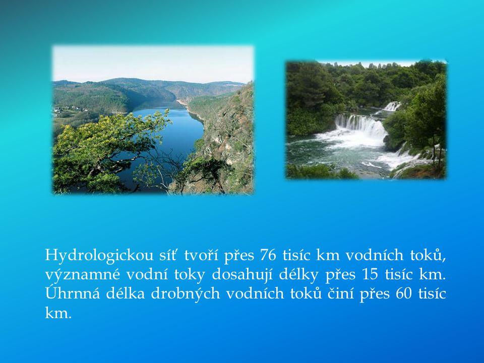 Hydrologickou síť tvoří přes 76 tisíc km vodních toků, významné vodní toky dosahují délky přes 15 tisíc km. Úhrnná délka drobných vodních toků činí př