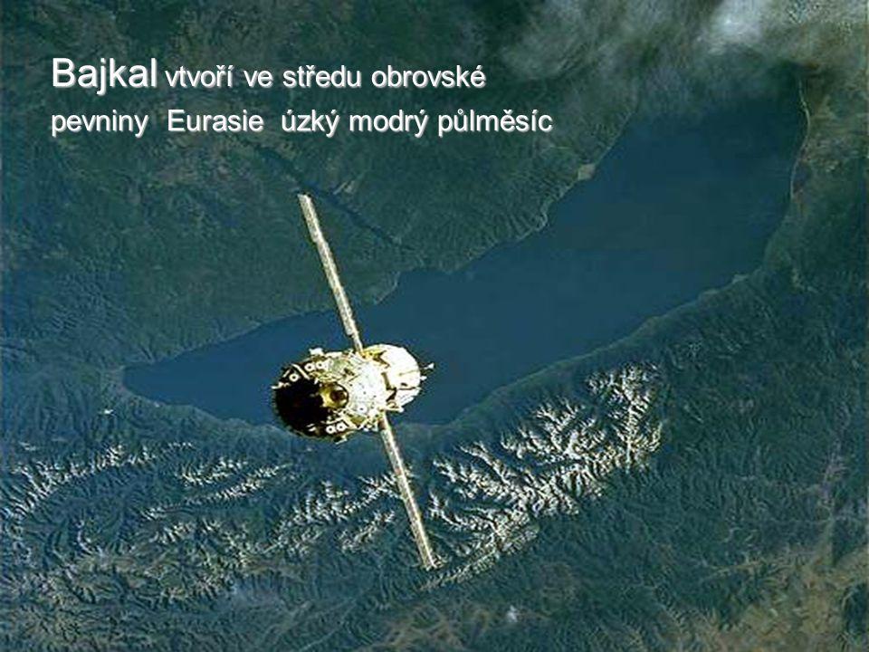 Bajkal vtvoří ve středu obrovské pevniny Eurasie úzký modrý půlměsíc