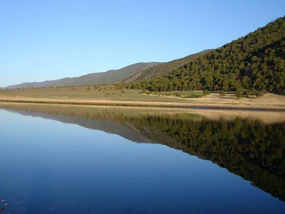 Na jaře dosahuje průhlednost bajkalské vody 40 m Vysvětlení spočívá v tom, že díky aktivitě zde žijících mikroorganismů se voda svým charakterem blíží destilované vodě.