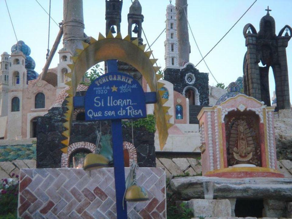 Dušičky - Diá de los muertas - slaví celá země, rodiny přichází na hřbitovy, sedí celý den u hrobu svých předků, popíjí tequilu, pojídají tortilly a t