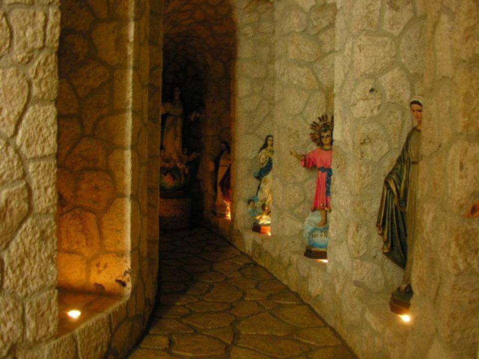 Dle mayské tradice jsou zde i podzemní části hřbitova.