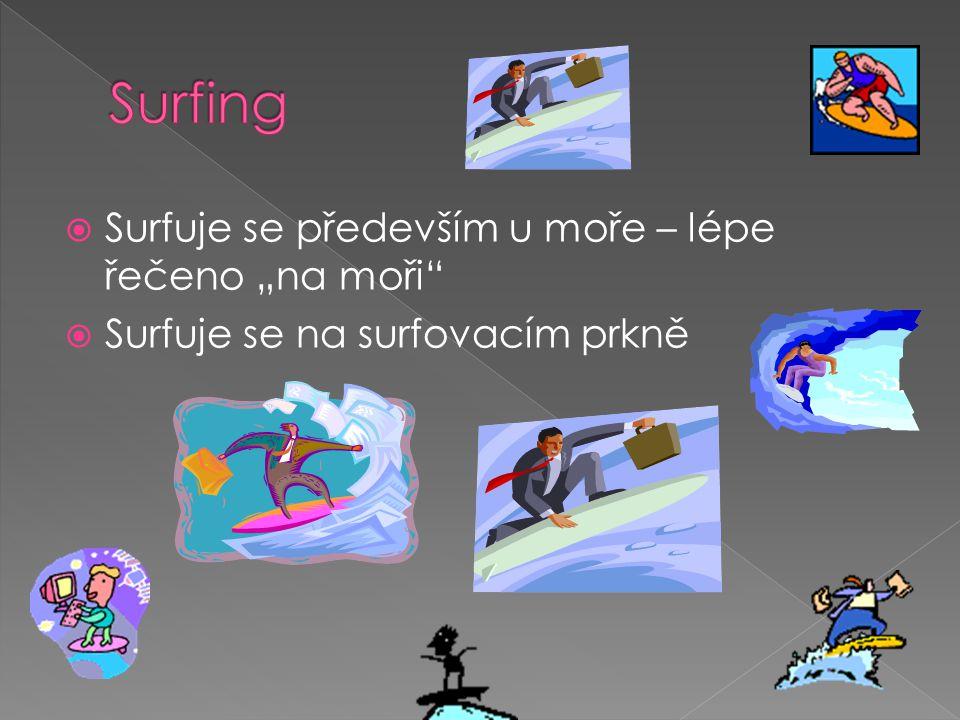 """ Surfuje se především u moře – lépe řečeno """"na moři  Surfuje se na surfovacím prkně"""