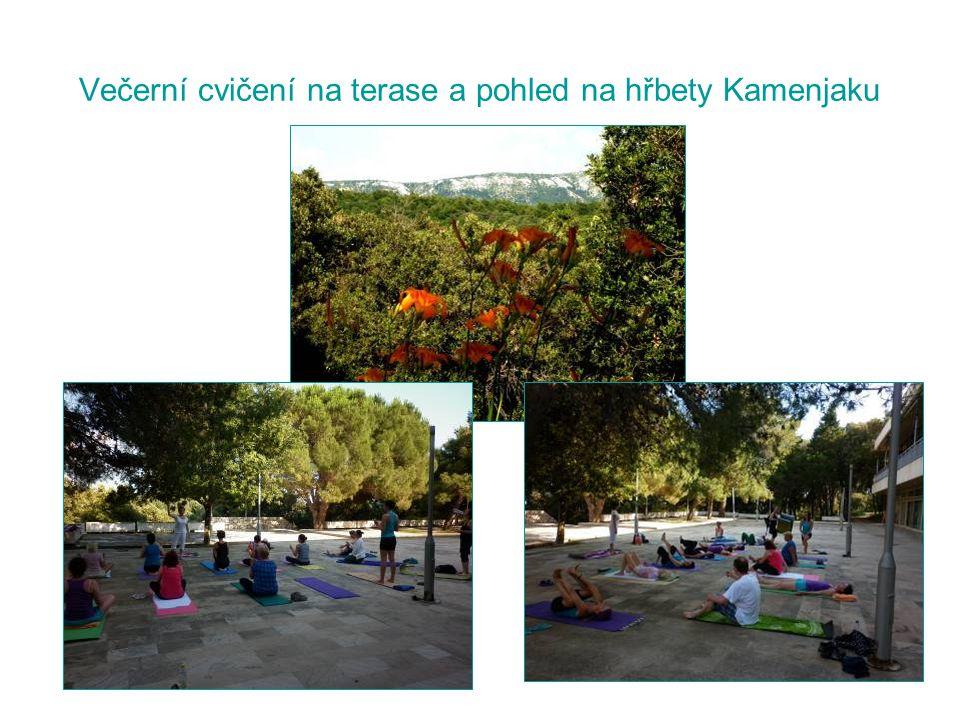 Večerní cvičení na terase a pohled na hřbety Kamenjaku