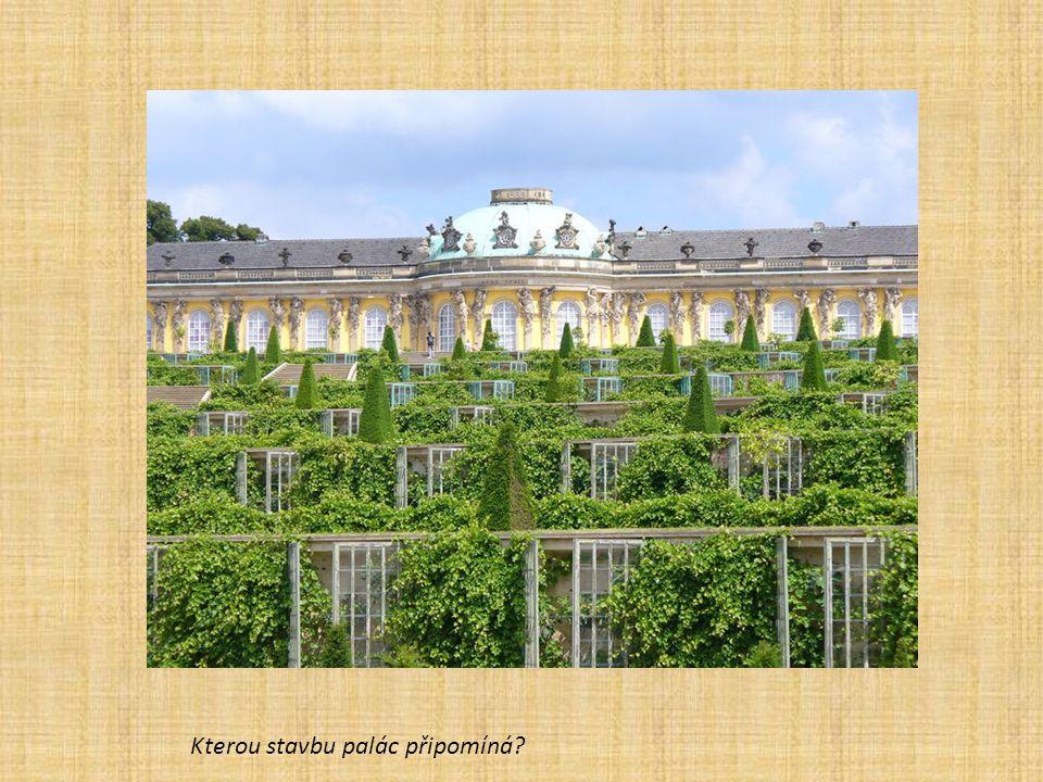 Kterou stavbu palác připomíná?