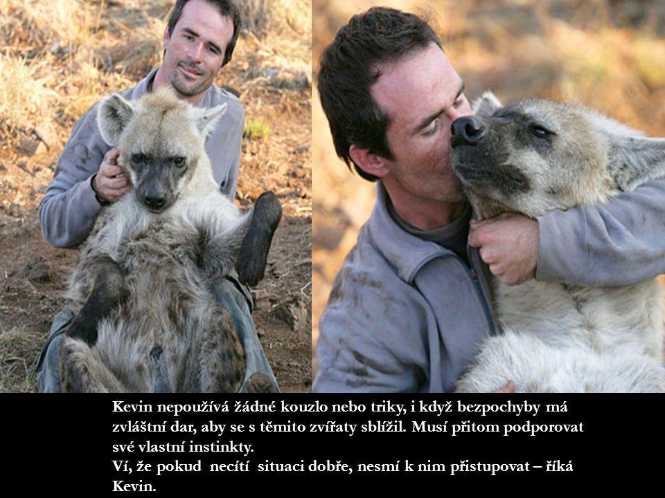Richardson bydlí v Wildlife Reserve nedaleko Johannesburgu v Jihoafrické republice a má instinktivní dar, který mu umožňuje bezpečně komunikovat s těmito divokými zvířaty.