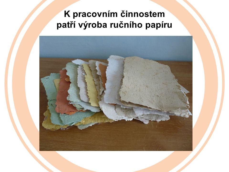 K pracovním činnostem patří výroba ručního papíru