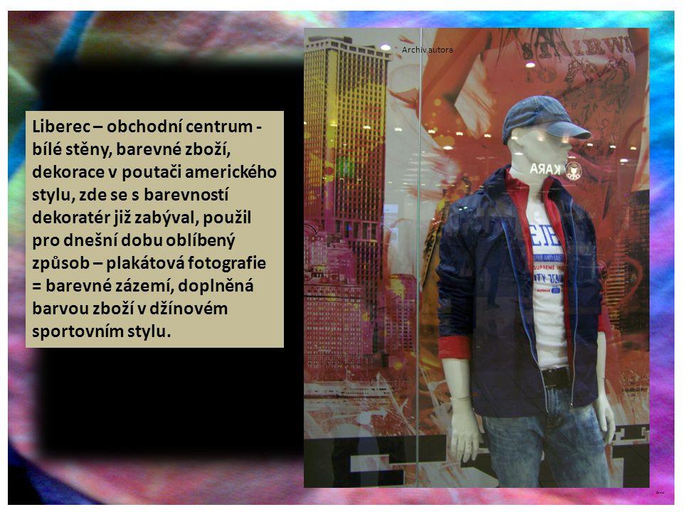 ©c.zuk Archiv autora Liberec – obchodní centrum - bílé stěny, barevné zboží, dekorace v poutači amerického stylu, zde se s barevností dekoratér již zabýval, použil pro dnešní dobu oblíbený způsob – plakátová fotografie = barevné zázemí, doplněná barvou zboží v džínovém sportovním stylu.
