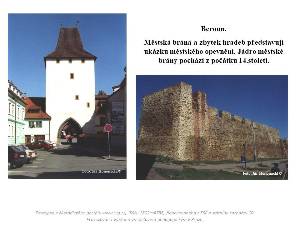 Beroun. Městská brána a zbytek hradeb představují ukázku městského opevnění. Jádro městské brány pochází z počátku 14.století. Dostupné z Metodického