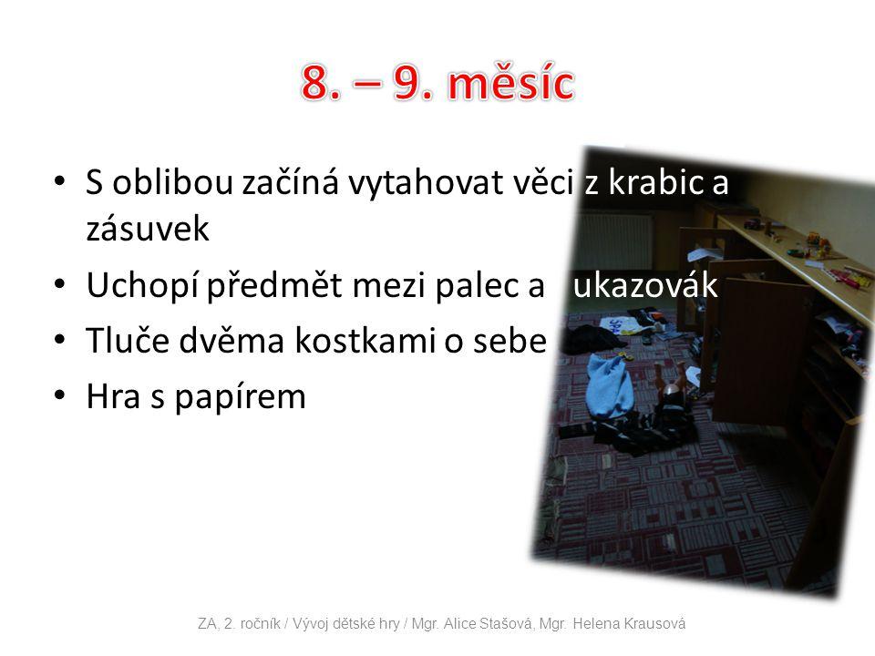 S oblibou začíná vytahovat věci z krabic a zásuvek Uchopí předmět mezi palec a ukazovák Tluče dvěma kostkami o sebe Hra s papírem ZA, 2. ročník / Vývo