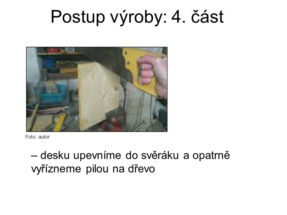 Postup výroby: 4. část Foto: autor – desku upevníme do svěráku a opatrně vyřízneme pilou na dřevo