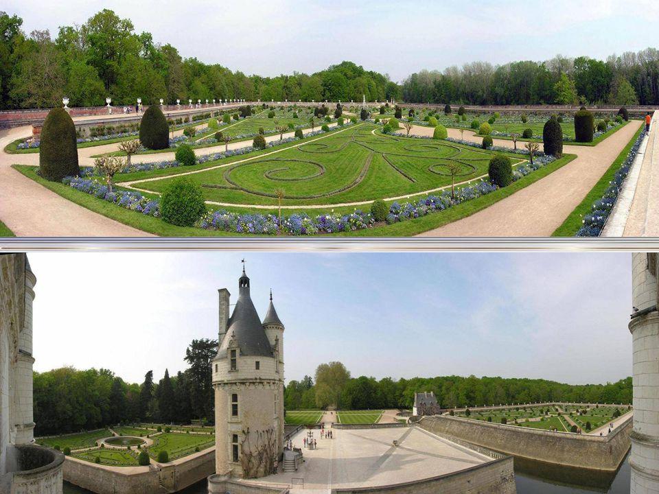 Chenonceau má dv ě : zahradu Diane de Poitiers a Kate ř iny Medicejské Ob ě dv ě, se nacházejí podél Tour de Marques. Kv ě tinová výzdoba zahrad se ob
