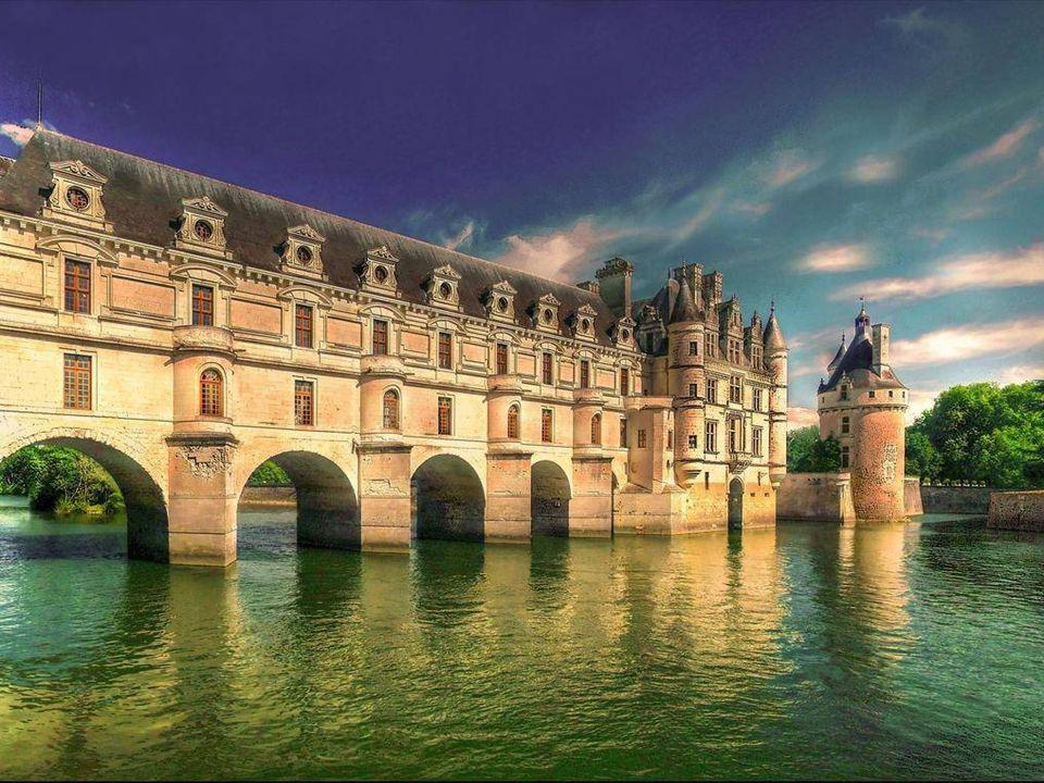 Chenonceau je nazývaný Zámek šesti ž en. V roce 1547 se 48 letá Diane de Poitiers stala milenkou Jind ř icha II ( tomu bylo v té dob ě 28 let). Kdy ž