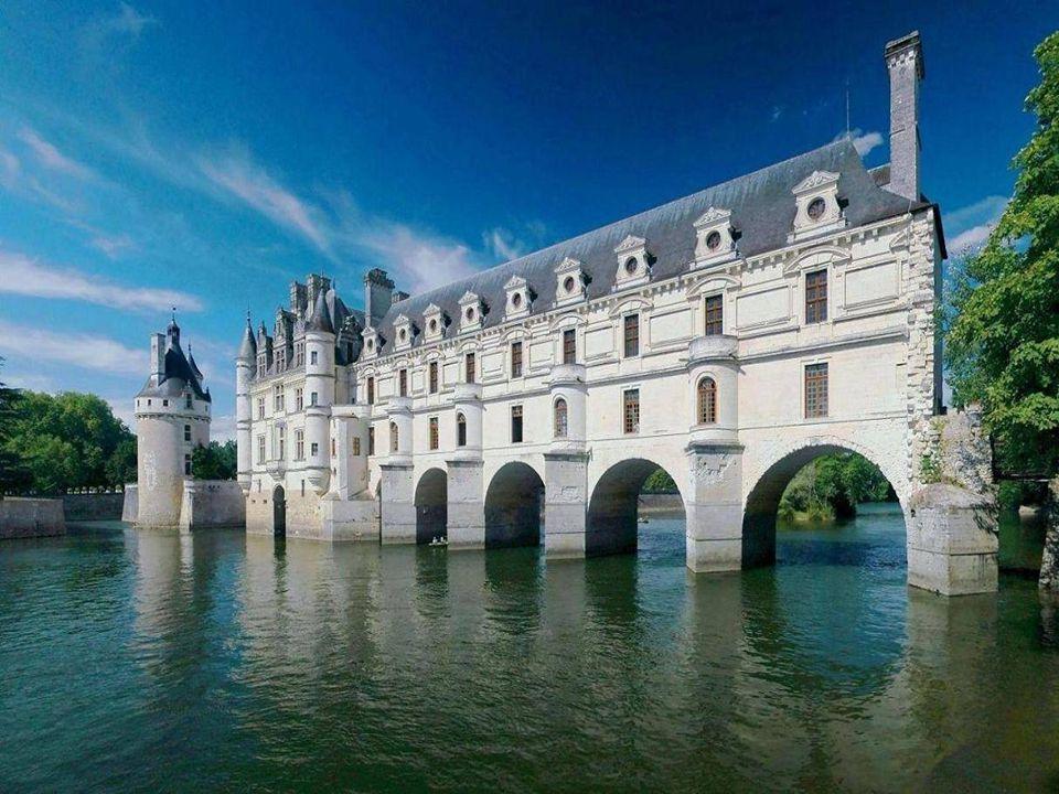 Chenonceau je známý nejen svou architekturou a historií, ale i bohatstvím sbírek, renesan č ním nábytkem, gobelíny a po č etnými obrazy sv ě tových mistr ů.