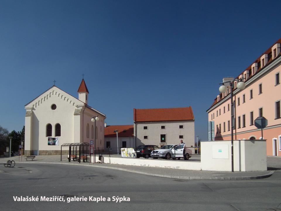 Autorem sochy na nádvoří vsetínského zámku je Zdeněk Němeček.