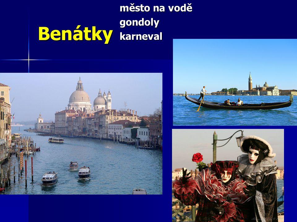 Benátky město na vodě gondolykarneval