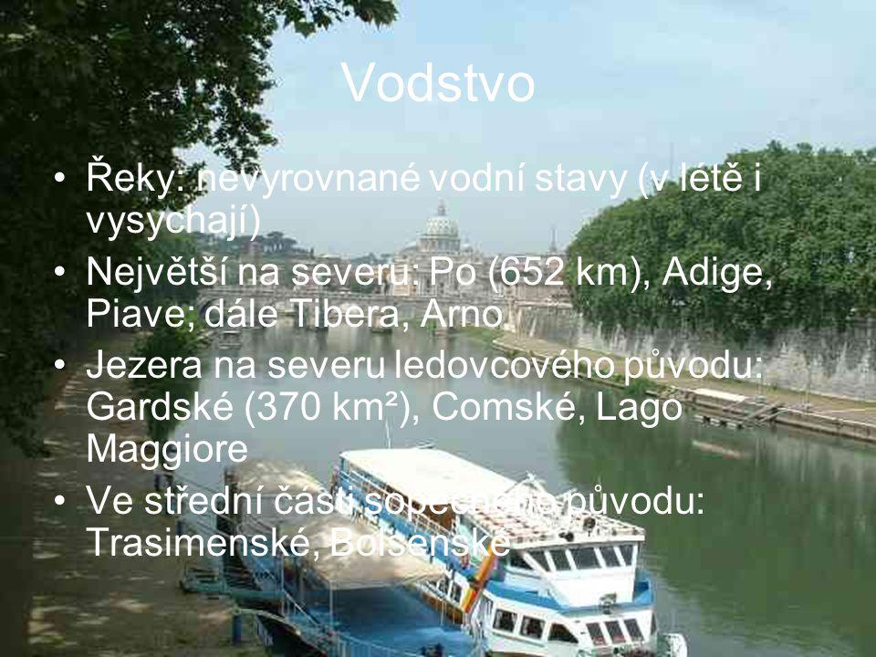 Vodstvo Řeky: nevyrovnané vodní stavy (v létě i vysychají) Největší na severu: Po (652 km), Adige, Piave; dále Tibera, Arno Jezera na severu ledovcové