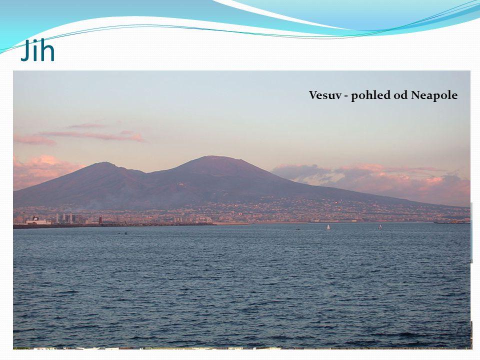 Jih jižní část Apeninského poloostrova ostrovy Sicílie a Sardinie průmysl soustředěn do přístavů zemědělství zaměřeno na pěstování citrusů a vinné révy centra – Neapol a Palermo Neapol Vesuv - pohled od Neapole