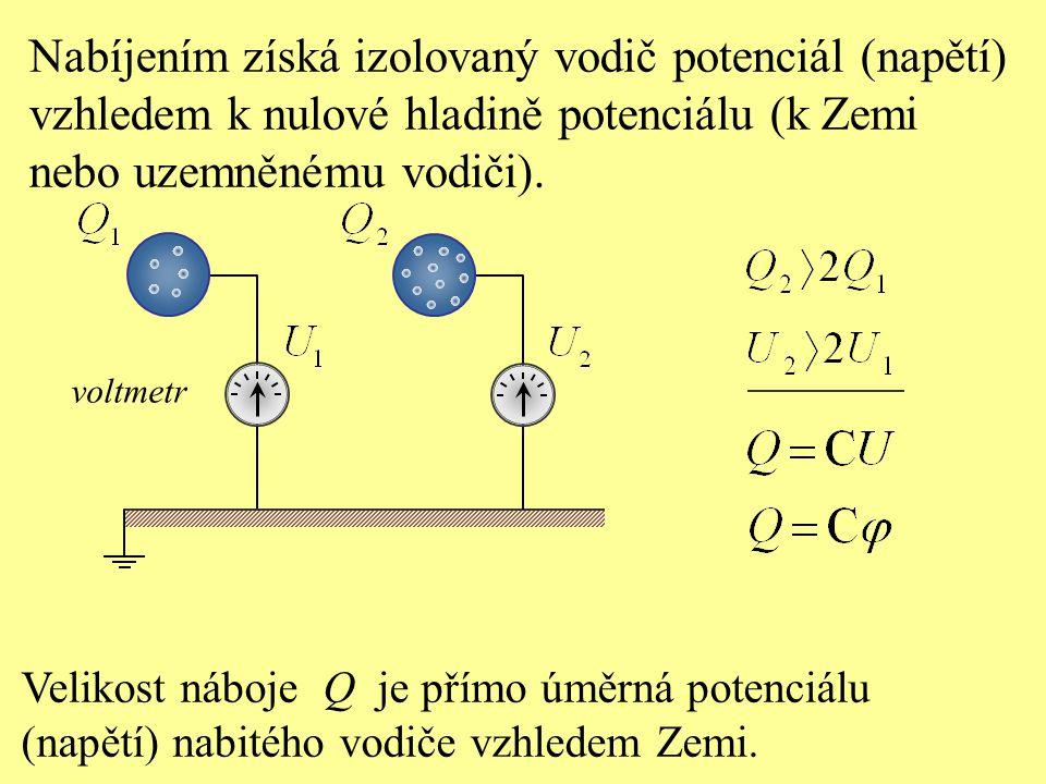 Velikost náboje Q je přímo úměrná potenciálu (napětí) nabitého vodiče vzhledem Zemi. Nabíjením získá izolovaný vodič potenciál (napětí) vzhledem k nul