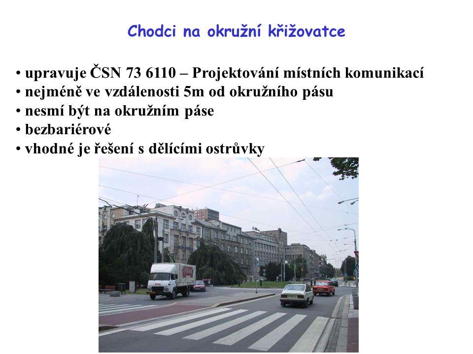 Chodci na okružní křižovatce upravuje ČSN 73 6110 – Projektování místních komunikací nejméně ve vzdálenosti 5m od okružního pásu nesmí být na okružním