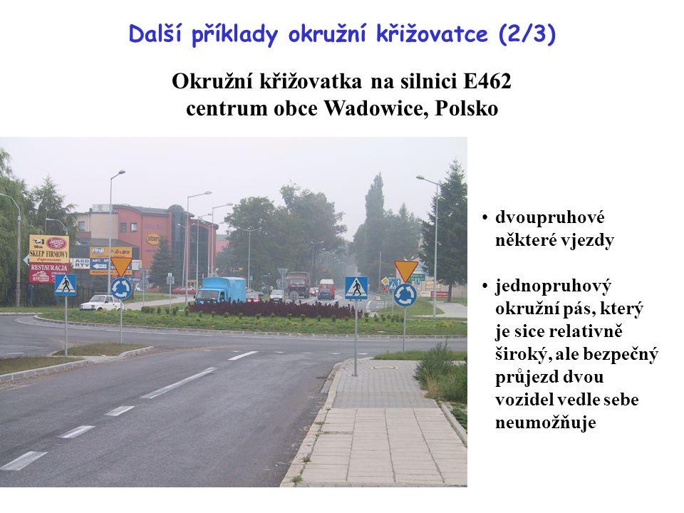 Další příklady okružní křižovatce (2/3) Okružní křižovatka na silnici E462 centrum obce Wadowice, Polsko dvoupruhové některé vjezdy jednopruhový okružní pás, který je sice relativně široký, ale bezpečný průjezd dvou vozidel vedle sebe neumožňuje