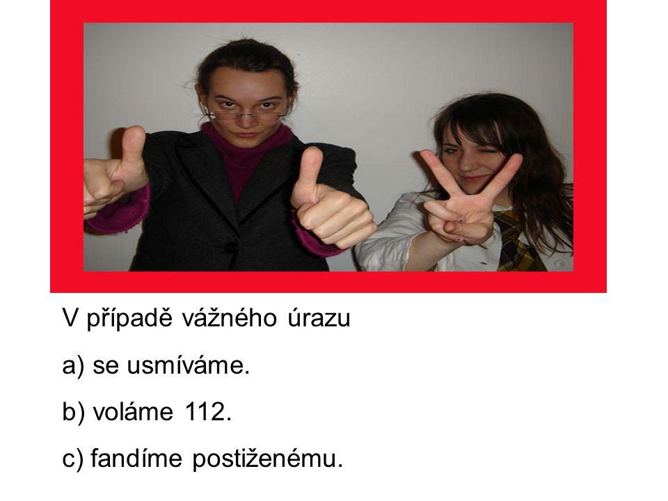 V případě vážného úrazu a) se usmíváme. b) voláme 112. c) fandíme postiženému.