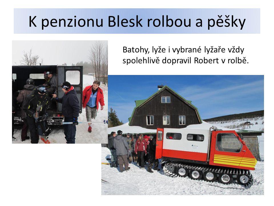 K penzionu Blesk rolbou a pěšky Batohy, lyže i vybrané lyžaře vždy spolehlivě dopravil Robert v rolbě.