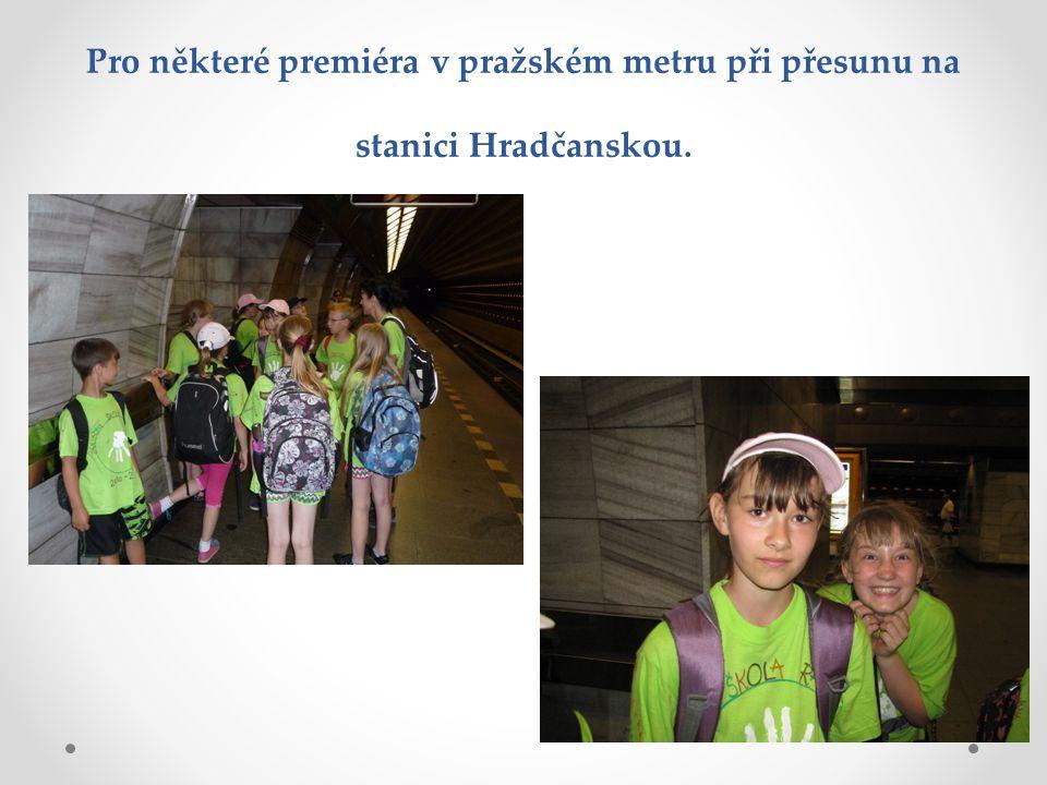 Pro některé premiéra v pražském metru při přesunu na stanici Hradčanskou.