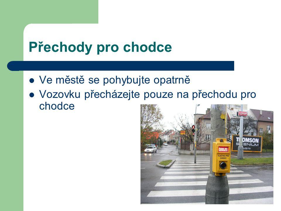 Přechody pro chodce Ve městě se pohybujte opatrně Vozovku přecházejte pouze na přechodu pro chodce