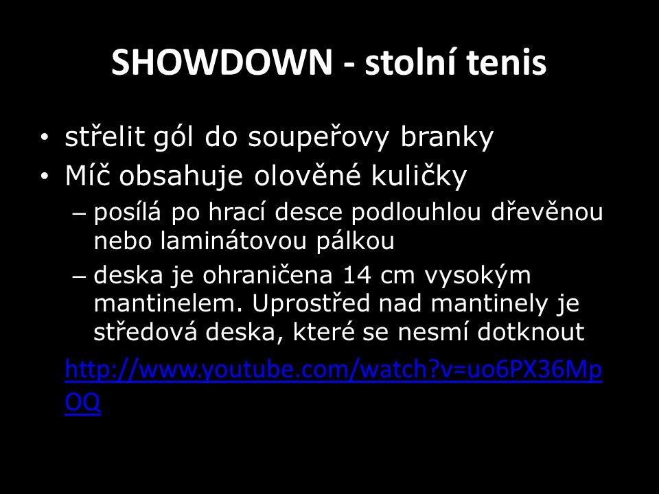 SHOWDOWN - stolní tenis střelit gól do soupeřovy branky Míč obsahuje olověné kuličky – posílá po hrací desce podlouhlou dřevěnou nebo laminátovou pálk