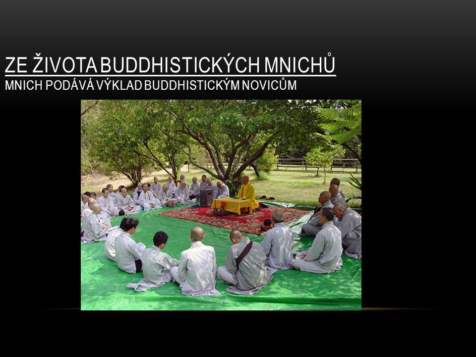 ZE ŽIVOTA BUDDHISTICKÝCH MNICHŮ MNICH PODÁVÁ VÝKLAD BUDDHISTICKÝM NOVICŮM