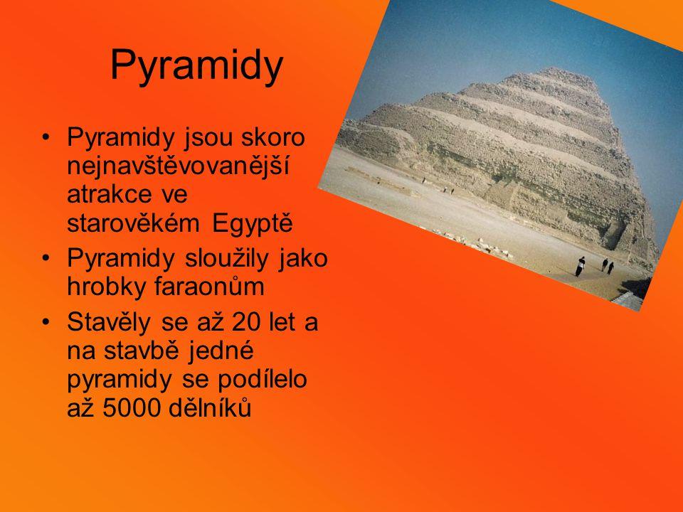 Pyramidy Pyramidy jsou skoro nejnavštěvovanější atrakce ve starověkém Egyptě Pyramidy sloužily jako hrobky faraonům Stavěly se až 20 let a na stavbě jedné pyramidy se podílelo až 5000 dělníků