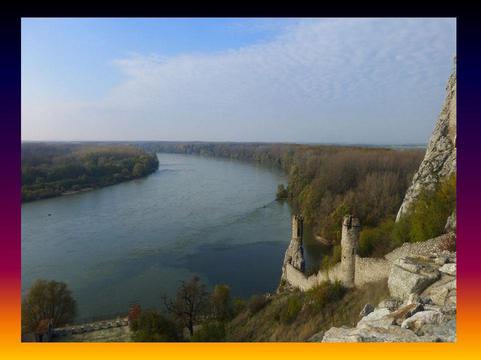 Hrad Děvín stojí na skalnatém útesu nad soutokem řek Moravy a Dunaje