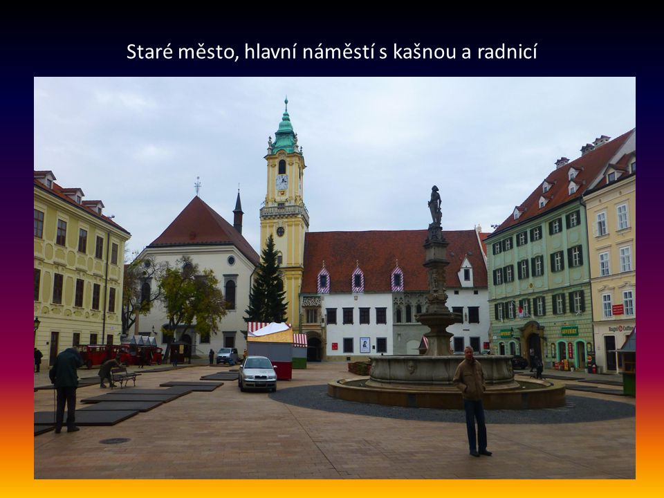 Hodžovo náměstí na Starém Městě v pozadí je prezidentský palác