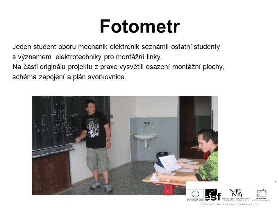 Fotometr Jeden student oboru mechanik elektronik seznámil ostatní studenty s významem elektrotechniky pro montážní linky.
