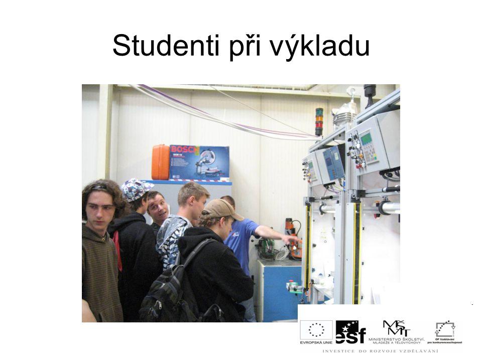 Studenti při výkladu