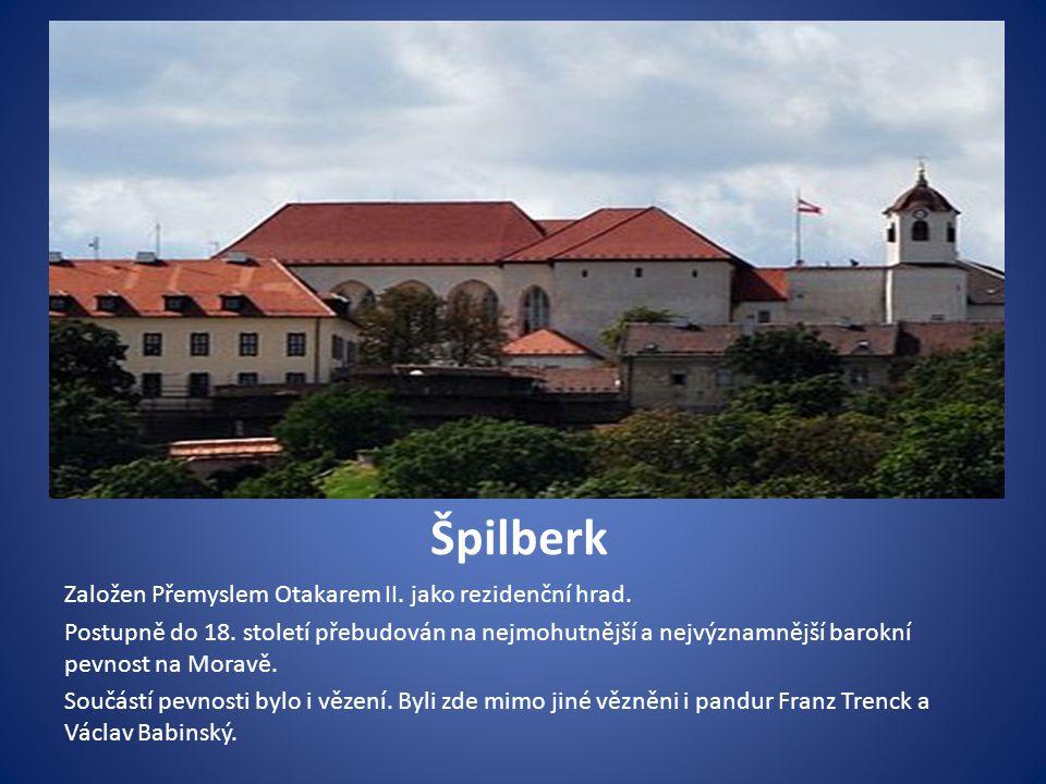 Brněnské kolo a drak Visí v průjezdu Staré radnice jako připomínka nejznámějších brněnských pověstí.