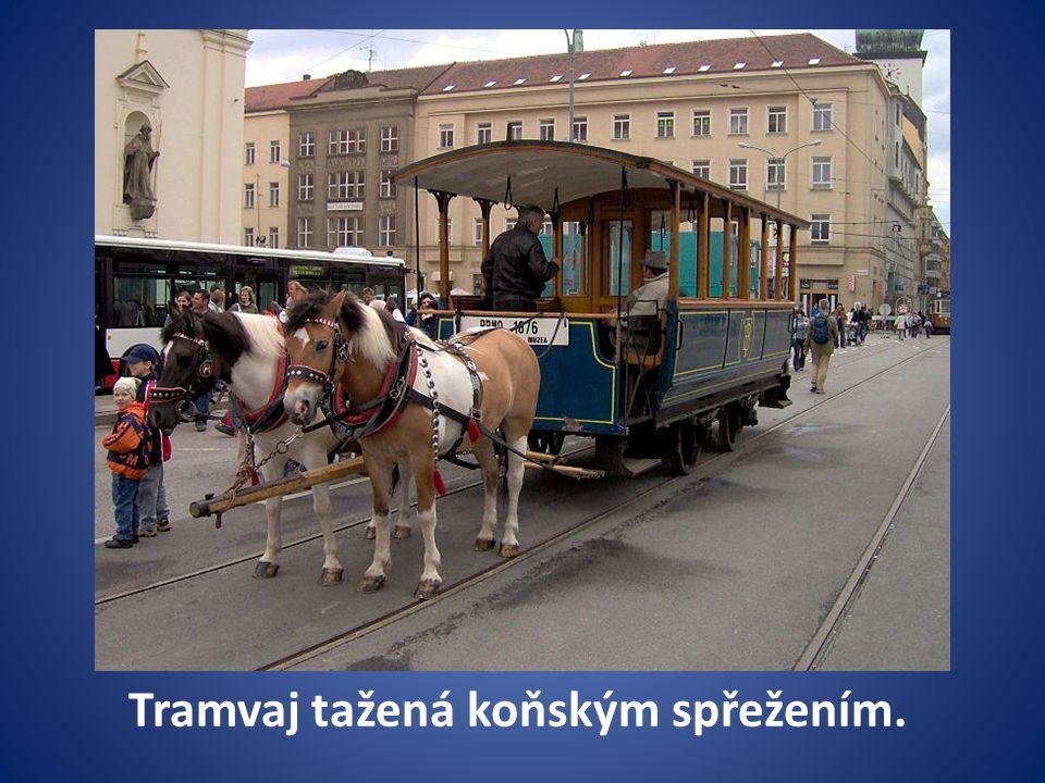 Tramvaj tažená koňským spřežením.