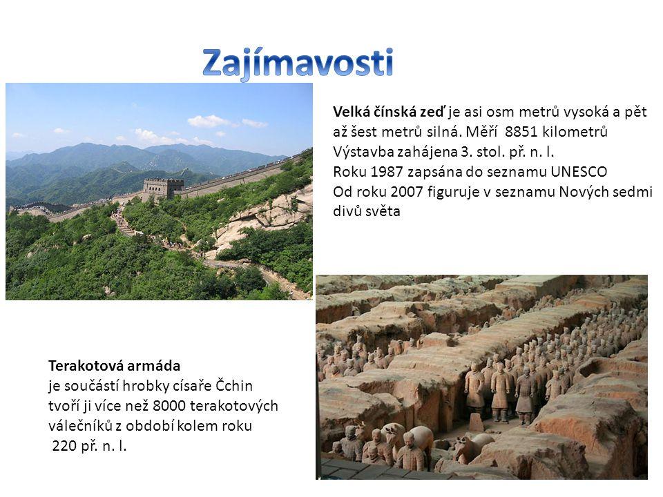 Velká čínská zeď je asi osm metrů vysoká a pět až šest metrů silná. Měří 8851 kilometrů Výstavba zahájena 3. stol. př. n. l. Roku 1987 zapsána do sezn