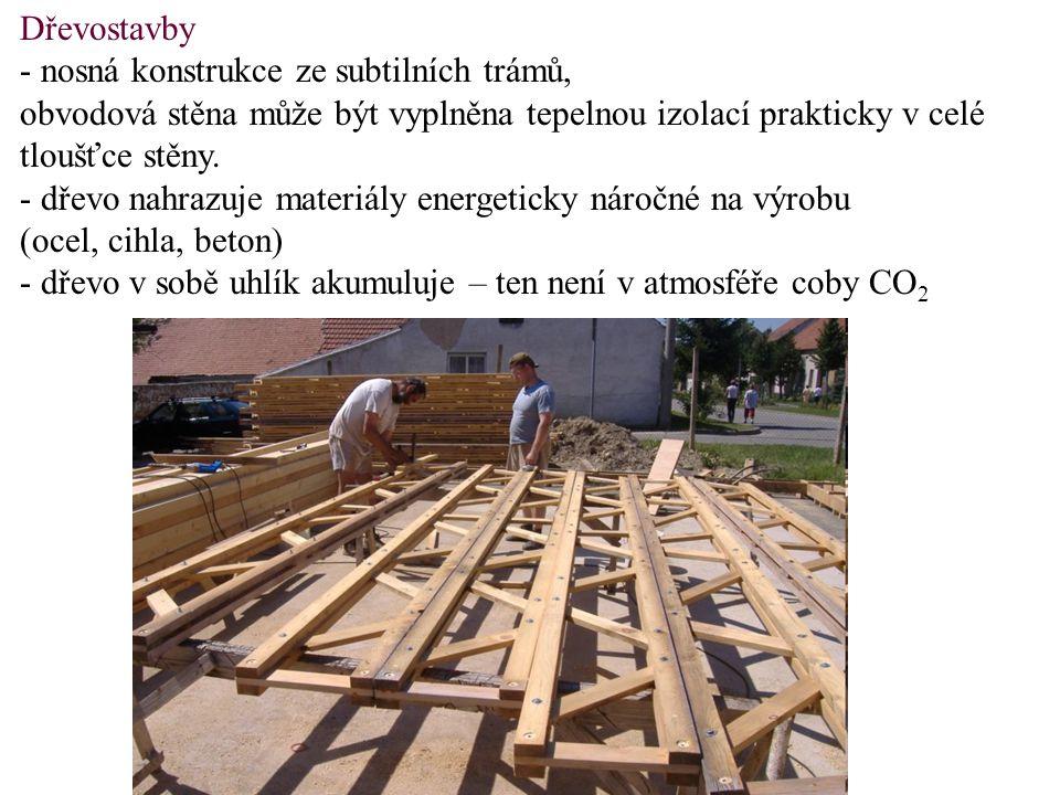 Dřevostavby - nosná konstrukce ze subtilních trámů, obvodová stěna může být vyplněna tepelnou izolací prakticky v celé tloušťce stěny.
