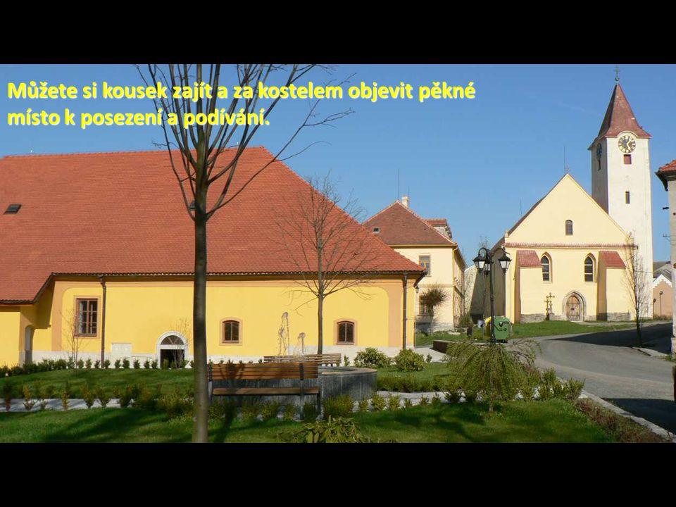 Můžete si kousek zajít a za kostelem objevit pěkné místo k posezení a podívání.